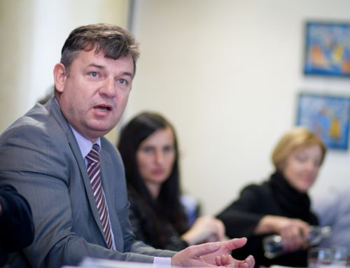Minister za infrastrukturo Peter Gašperšič in predstavniki zaposlenih Luke Koper iz oči v oči